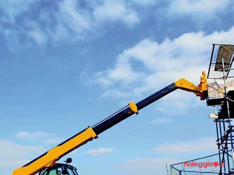 Carrelli semoventi a braccio telescopico girevole dotati di più attrezzature intercambiabili che conferiscono sia la funzione di sollevamento material